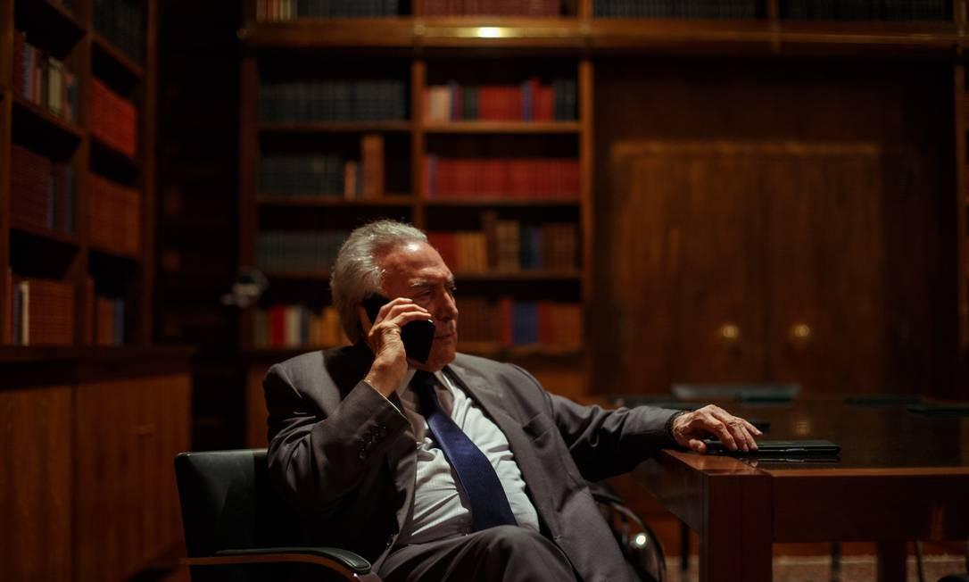 Michel Temer ao telefone no gabinete presidencial Foto: Daniel Marenco / Agência O Globo