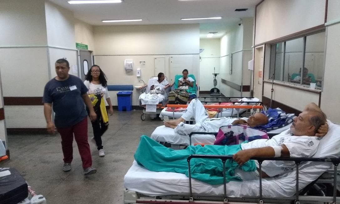 Pacientes em macas são colocados no corredor da emergência do Hospital Estadual Getúlio Vargas, devido à superlotação nas salas Foto: Lucas Altino / Agência O Globo