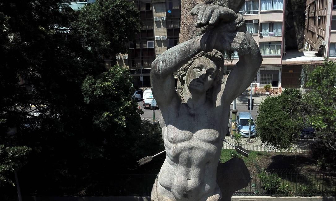 Na Praça do Russel, São Sebastião vê o Aterro de um ângulo diferenciado Foto: Custódio Coimbra / Agência O Globo