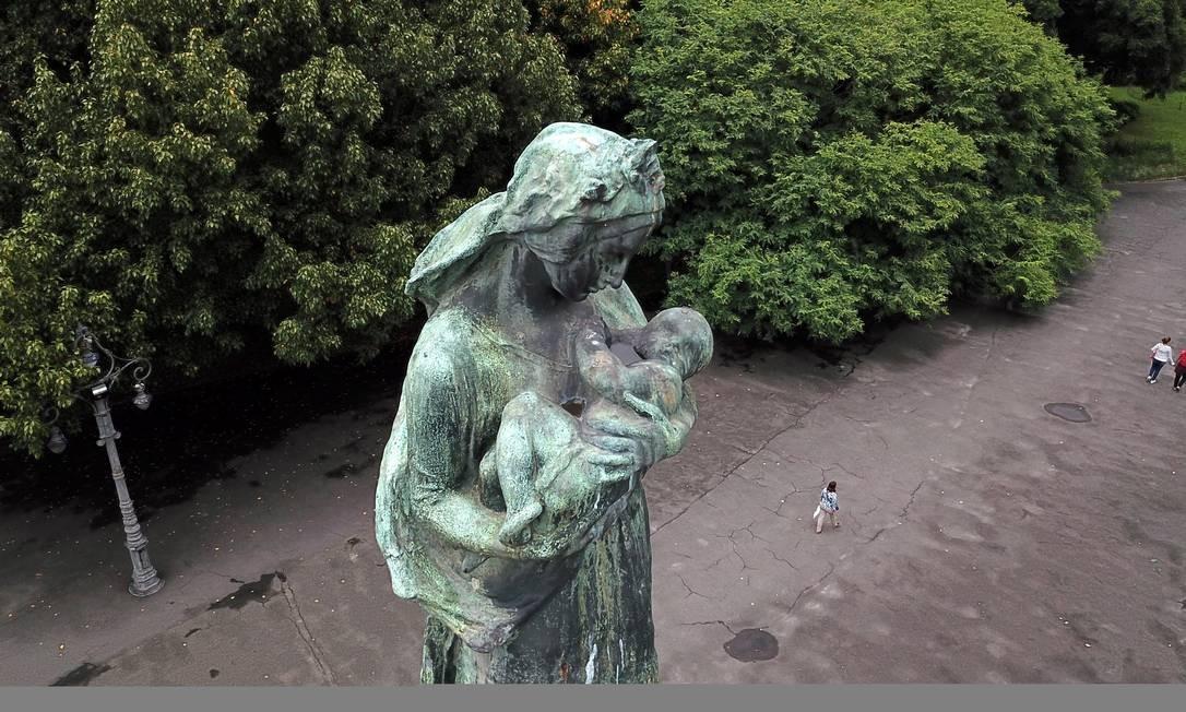 Monumento à República passa despercebido no Campo de Santana Foto: Custódio Coimbra / Agência O Globo