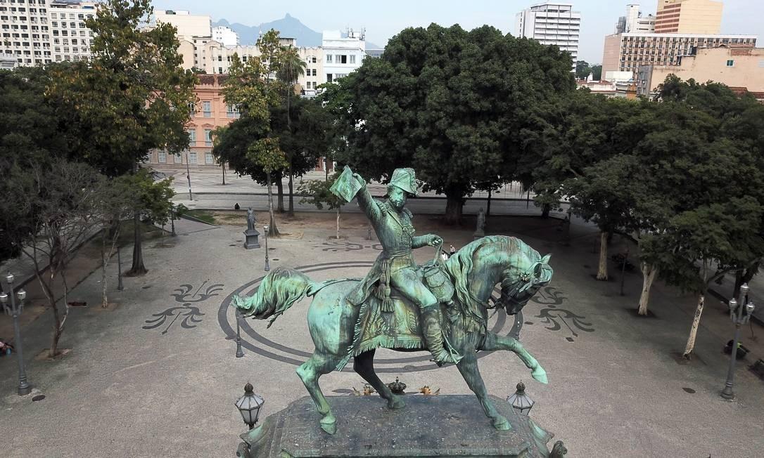 Dom Pedro I enfeita a Praça Tiradentes, no Centro Foto: Custódio Coimbra / Agência O Globo