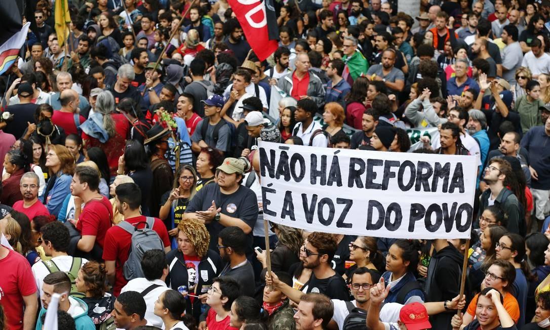 Protestos de servidores públicos no Rio de Janeiro em abril de 2017. Entidades já se manifestam contra as mudanças propostas por Bolsonaro em relação à Previdência Social Foto: Pablo Jacob / Agência O Globo
