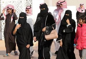 Mulheres sauditas caminham ao lado de homens durante evento em janeiro de 2018 Foto: FAYEZ NURELDINE / AFP