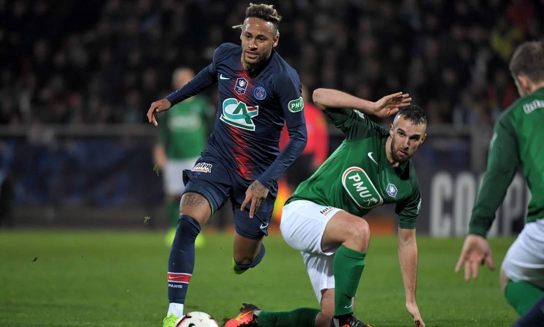 Neymar, de visual novo, avança com a bola em partida do PSG na Copa da França Foto: LOIC VENANCE/AFP