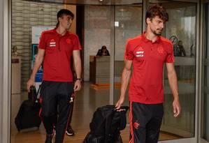 O zagueiro Rodrigo Caio e o goleiro César embarcam com o elenco do Flamengo Foto: Alexandre Vidal/ Flamengo