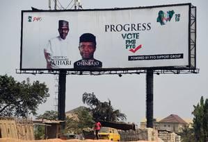 Outdoor da campanha de reeleição do presidente nigeriano, Muhammadu Buhari, em rua de Lagos Foto: PIUS UTOMI EKPEI / AFP