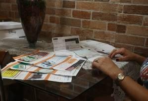 Prestadoras de serviços públicos e bancos oferecem, pela internet, canais para renegociação Foto: Pedro Teixeira - Agência O Globo
