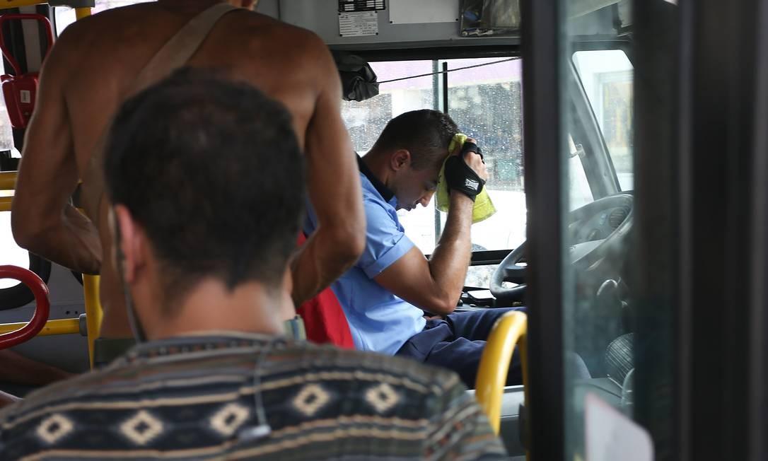 Sauna sobre rodas: em Campo Grande, motorista enxuga suor em ônibus que tem ar-condicionado, mas não dá vazão durante o calor do Rio Foto: Pedro Teixeira