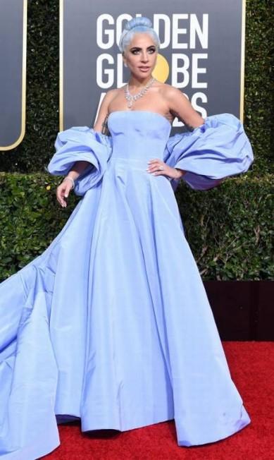Foi dada a largada para a temporada de premiações na noite do último domingo com o Globo de Ouro 2019! Estrelas de Hollywood do mais alto calibre mostraram tendências que prometem dominar a moda no ano, como, por exemplo, o azul de Lady Gaga VALERIE MACON / AFP