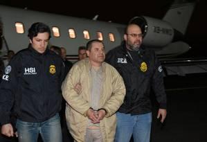 Líder do cartel de Sinaloa, Joaquín El Chapo Guzmán é escoltado em aeroporto de Nova York Foto: Handout 19-01-2017 / Reuters