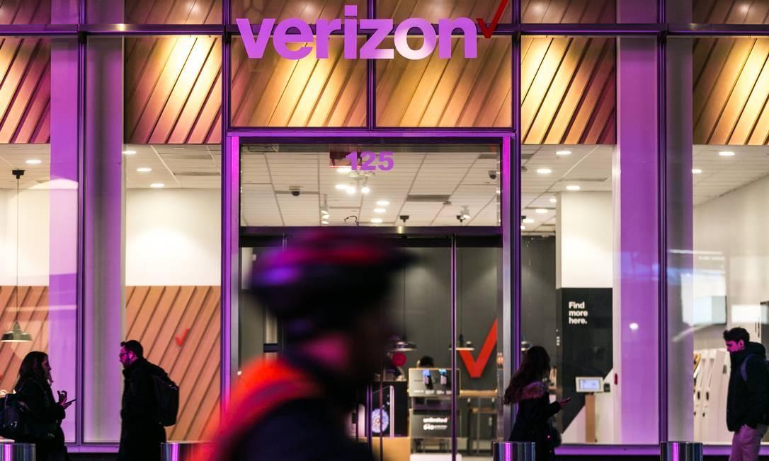 Pedestres passam por uma loja da Verizon em Nova York. A indústria de tecnologia está construindo um portfólio repleto de dispositivos que podem reagir a comandos de voz ou oferecer melhor conectividade ou segurança ao usuário Foto: JEENAH MOON / NYT
