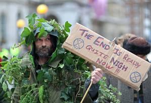 Manifestante protesta contra mudança climática em Londres Foto: SIMON DAWSON / REUTERS