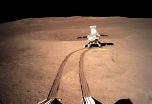 Mais recente imagem divulgada pela agência espacial da China mostra o veículo-robô Yutu 2 se afastando do módulo de pouso para explorar a superfície lunar: com entrada da Lua na fase nova, em que lado afastado é banhado pela luz e radiação solar, equipamento foi desligado e só deverá retomar operações nesta quinta Foto: Divulgação/CNSA
