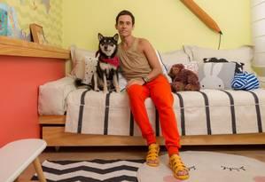 Luis, ao lado do cão Nikkô, escolheu cada detalhe do quarto dos futuros filhos, como o mapa que estampa uma das paredes e a luminária de lápis atrás da cama Foto: Divulgação/Sambacine