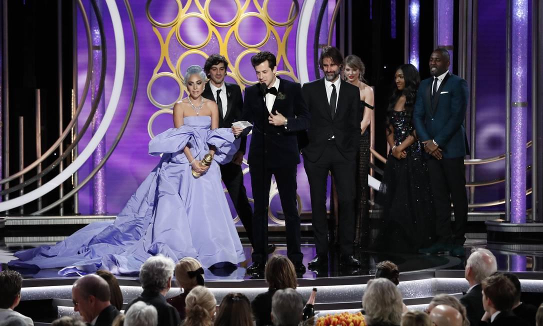 """Lady Gaga e Mark Ronson, vencedores do Globo de Ouro de melhor canção original por """"Shallow"""", de """"Nasce uma estrela"""" Foto: HANDOUT / REUTERS"""
