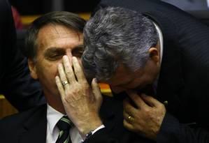 Jair Bolsonaro conversa com o deputado Alberto Fraga durante sessão solene do Congresso Foto: Jorge William/Agência O Globo/06-11-2018
