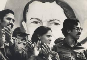 Dora María Tellez na época da Revolução Sandinista, ao lado de Daniel Ortega Foto: Arquivo pessoal