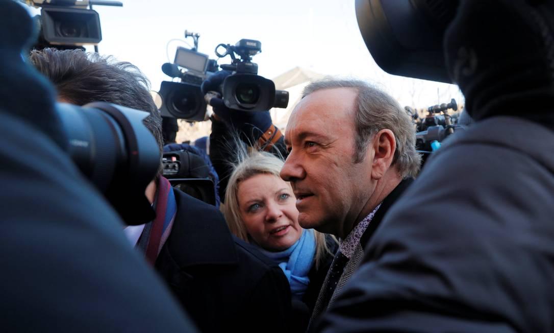 Kevin Spacey é cercado por repórteres ao chegar em tribunal Foto: BRIAN SNYDER / REUTERS