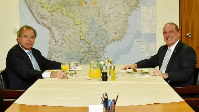 Após reunião com Bolsonaro no Planalto, Onyx Lorezzoni divulgou foto de almoço com Paulo Guedes Foto: Divulgação