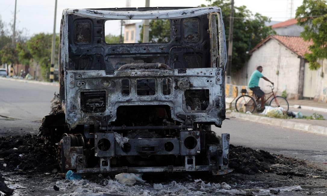 Um caminhão caçamba foi incendiado em Fortaleza Foto: PAULO WHITAKER / REUTERS