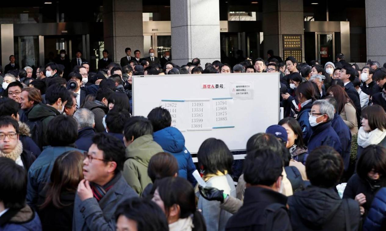 Multidão se aglomera em frente ao tribunal de Tóquio onde Carlos Ghosn depôs pela 1ª vez desde que foi preso. Houve fila de mais de mil pessoas. Foto: Kim Kyung-Hoon / Reuters
