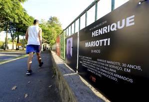 Placa em memória ao policial militar Daniel Henrique Mariotti, morto no sábado, é instalada na Lagoa Foto: Marcelo Theobald / Agência O Globo