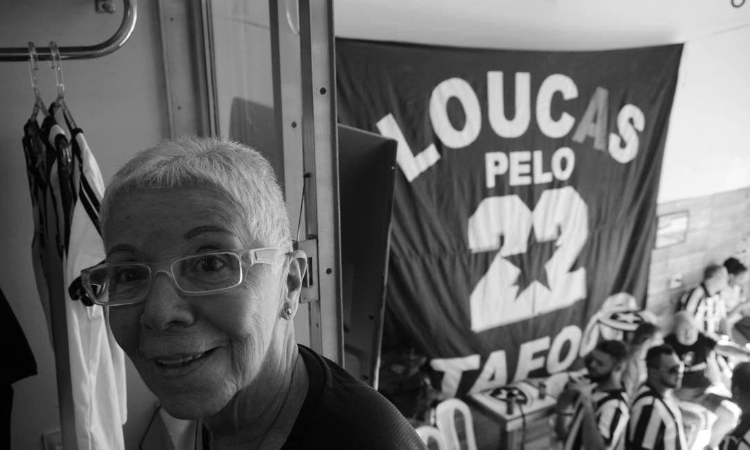 """""""Uma quantidade enorme de gente vinha conversar, fazer selfie e assistir os jogos ao seu lado"""" Foto: Luiza Moraes / Agência O Globo"""