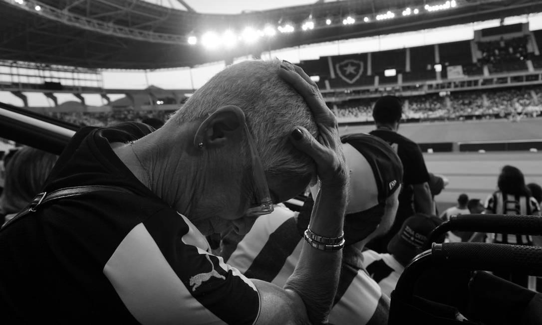 """""""Com 83 anos, ela tem uma saúde de ferro pra aguentar o sofrimento de ser Botafogo."""" Foto: Luiza Moraes / Agência O Globo"""