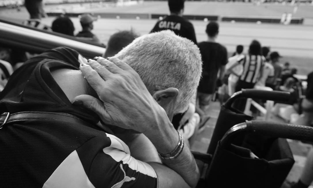 """""""Vindo de uma família de fotógrafos, sempre vi a narrativa de uma história sendo contada por fotos, algo que sempre me encantou e quando vi a oportunidade não deixei passar. Nossa família sempre se preocupou muito com a violência nos estádios, mas também temos sempre certeza de que ela está cercada por netos que querem o melhor para ela"""""""" Foto: Luiza Moraes / Agência O Globo"""