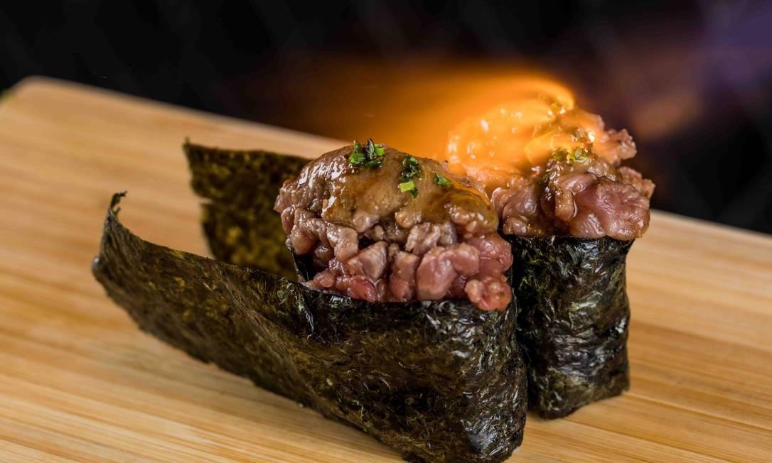 Kō Bā Izakaya. Maria gunkan de tartar de carne e foie gras Foto: Tomás Rangel / Divulgação