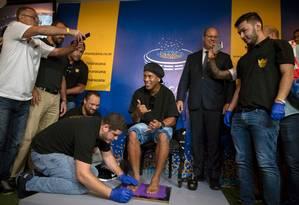 Ronaldinho marcou seus pés na Calçada da Fama do Maracanã Foto: MAURO PIMENTEL / AFP