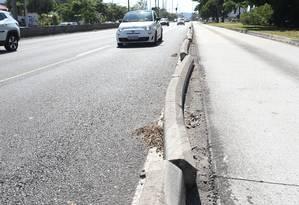 Fileira irregular próximo ao número 1.510 da Avenida das Américas Foto: Pedro Teixeira / Agência O Globo