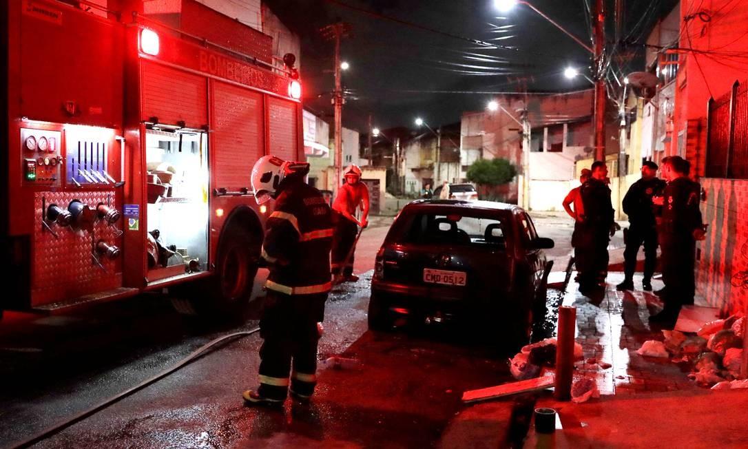 Bombeiros chegaram a tempo de impedir destruição de carro incendiado em Fortaleza, em mais um ataque de madrugada 08/01/2019 Foto: PAULO WHITAKER / REUTERS