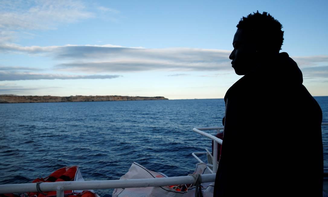 Migrante olha o mar do navio Sea-Watch 3 antes de receber permissão para desembarcar em Malta Foto: DARRIN ZAMMIT LUPI / REUTERS