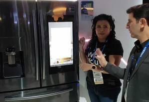 Samsung: a partir do celular, será possível pré-aquecer o fogo e saber a quantidade de alimentos na geladeira Foto: Bruno Rosa