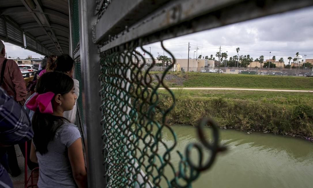 Pessoas fazem fila para cruzar ponte até os Estados Unidos em Matamoros, no México Foto: ILANA PANICH-LINSMAN / NYT