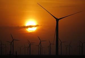 Energia eólica é considerada boa saída para gerar eletricidade de forma limpa. Nos EUA, houve nos últimos anos maior investimento neste tipo de fonte, mas, mesmo assim, volume de emissões que geram efeito estufa não caiu Foto: Carlos Barria / Reuters/15-09-2013