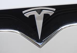Símbolo da Tesla, empresa de carros elétricos, que é alvo de várias ações por problemas com o piloto automático Foto: SAUL LOEB / AFP