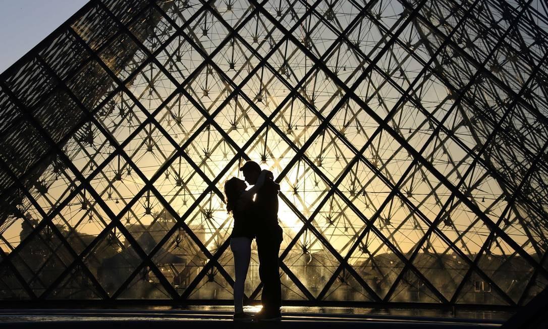 Para comemorar a data, o museu mais importante de Paris e da França terá uma programação especial entre os dias 29 e 31 de março LUDOVIC MARIN / AFP
