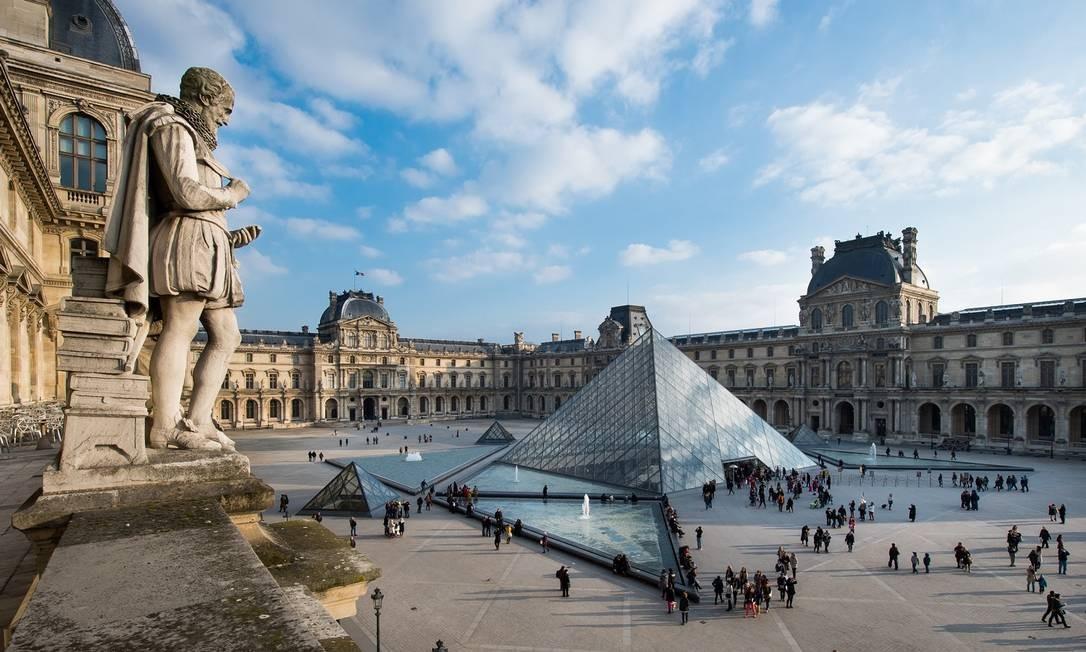 O conjunto de pirâmides ocupa o Cour Napoleón, pátio central no coração do museu, e foi projetado pelo arquiteto I. M. Pei Foto: Musée du Louvre / Divulgação