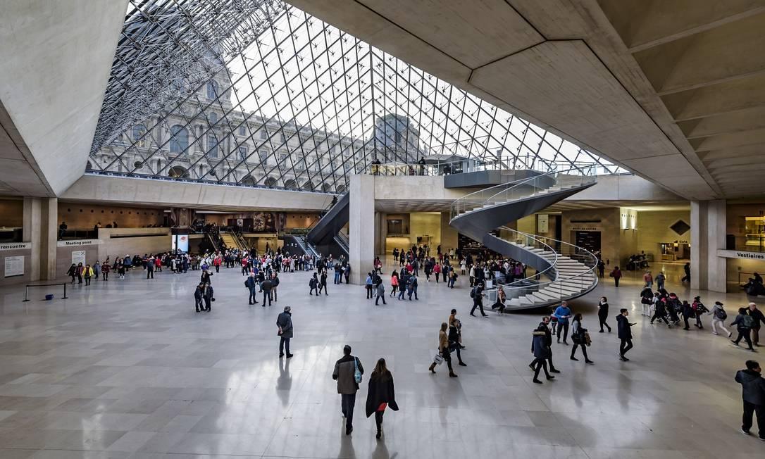 A pirâmide maior vista de baixo: ela é a principal entrada para o museu hoje em dia Foto: Musée du Louvre / Divulgação