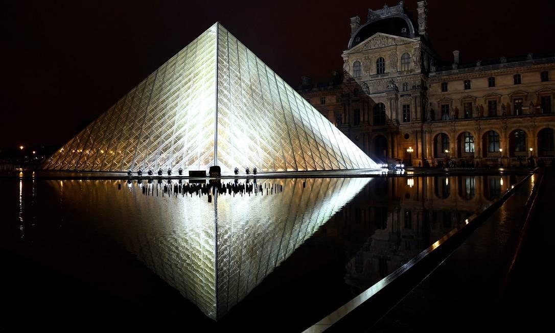 Em março de 2019, a Pirâmide do Louvre (que na verdade é um conjunto de pirâmides de diversos tamanhos, e até uma invertida) completa 30 anos BERTRAND GUAY / AFP