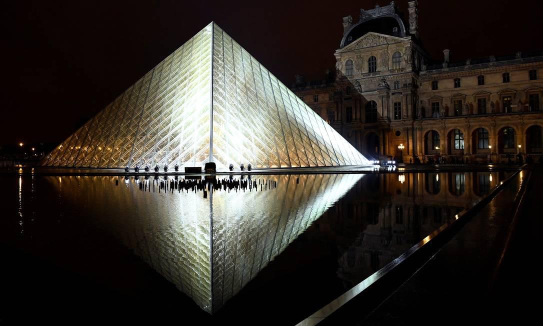 Em março de 2019, a Pirâmide do Louvre (que na verdade é um conjunto de pirâmides de diversos tamanhos, e até uma invertida) completa 30 anos Foto: BERTRAND GUAY / AFP