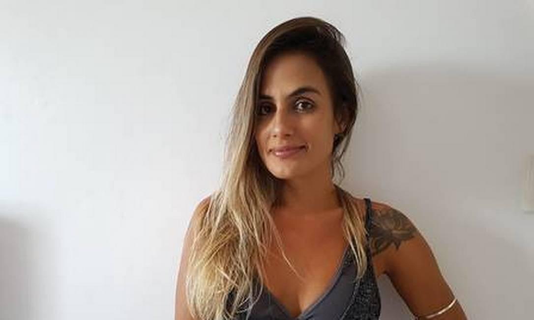 """O segundo nome a ser divulgado de um confinado do """"BBB 19"""" é da baiana Carolina Peixinho. Publicitária e empresária, ela é dona, junto com a irmã, de uma agência de viagens e de um brechó. Aos 33 anos, ela já morou em Londres e na Califórnia. Ariana e apaixonada por esporte, ela promete ser muito dura nas provas. """"Prova de resistência é comigo!"""", diz ela, solteira. Apesar de comunicativa e alegre, ela diz que tem personalidade forte e pavio curto. """"Tento trabalhar minha impaciência na terapia"""", entrega ela, que diz ter uma luz divina que a faz conseguir conversar com todas as tribos e que este pode ser o seu diferencial no jogo. """"Sou uma pessoa muito amiga, muito companheira. u sou iluminada e ponto final."""" Divulgação"""