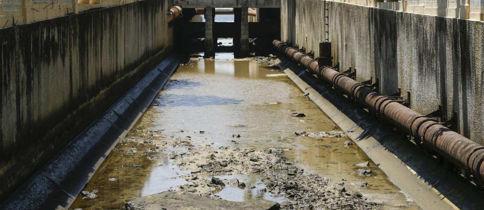Lixo e uma placa de concreto no canal da Avenida Visconde de Albuquerque, no Leblon; Fundação Rio-Águas, da prefeitura, diz que fará remoção Foto: Gabriel de Paiva / Agência O Globo