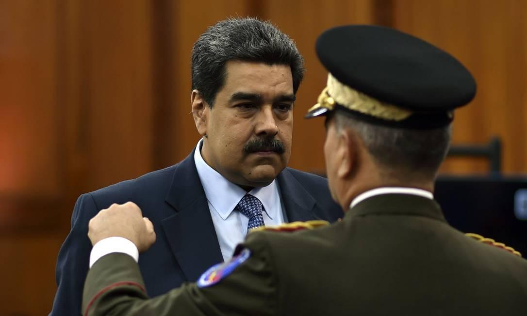 Presidente da Venezuela, Nicolás Maduro conversa com ministro da Defesa venezuelano, Vladimir Padrino Foto: YURI CORTEZ / AFP