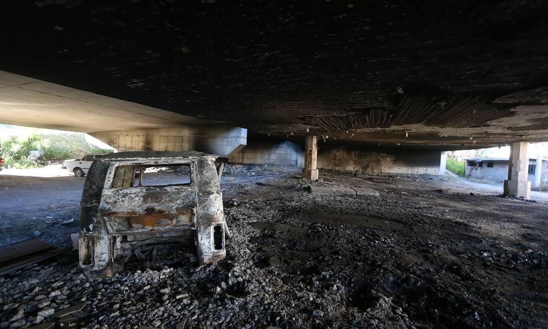 Carro incendiado sob viaduto na Alamenda do Contorno Fabiano Rocha / Agência O Globo