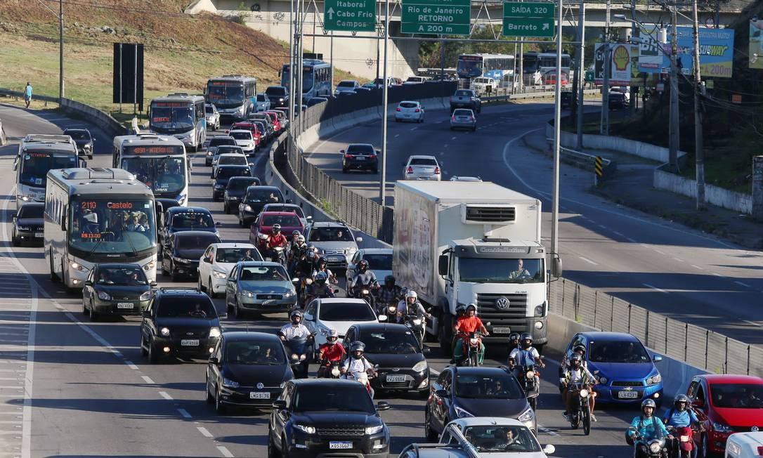 Os bloqueios aos caminhões são em dois pontos da rodovia: Trevo de Manilha, em Itaboraí (km 297 sul), e no acesso à Avenida Paiva e Base Naval de Ilha das Flores, em São Gonçalo (km 318 sul) Foto: Fabiano Rocha / Agência O Globo