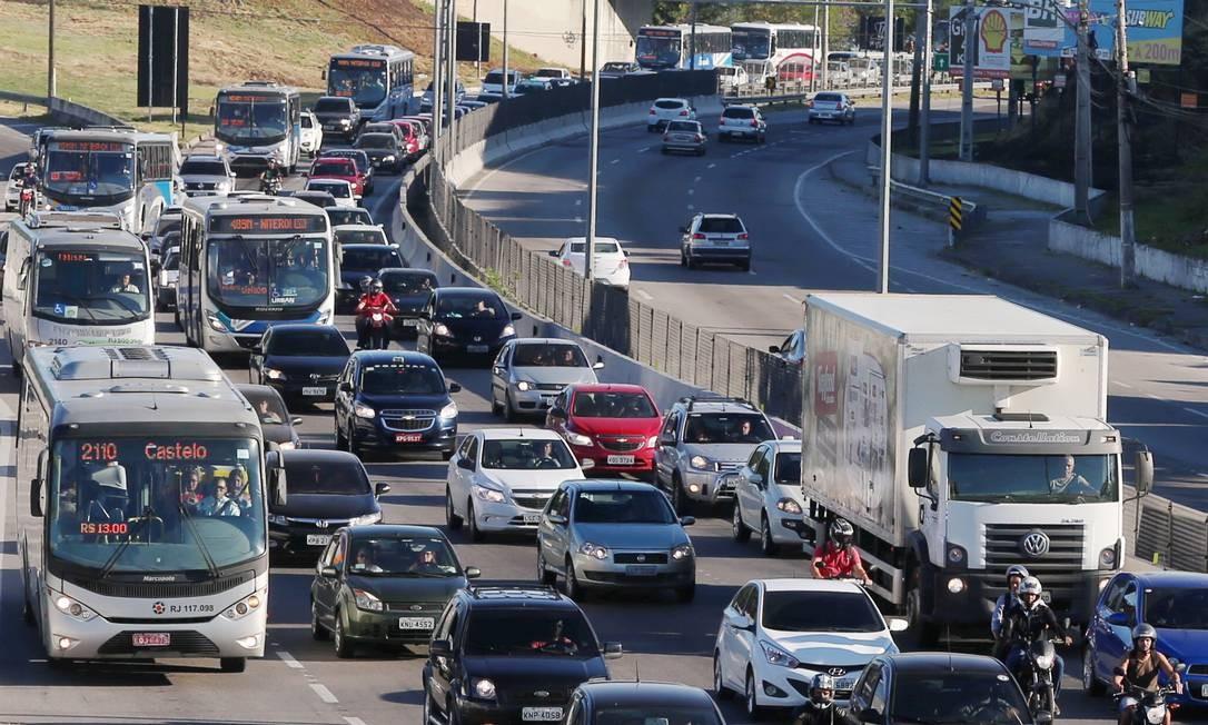 Trânsito fica engarrafado na Niterói- Manilha após incêndio embaixo de viaduto na Avenida do Contorno Foto: Fabiano Rocha / Agência O Globo