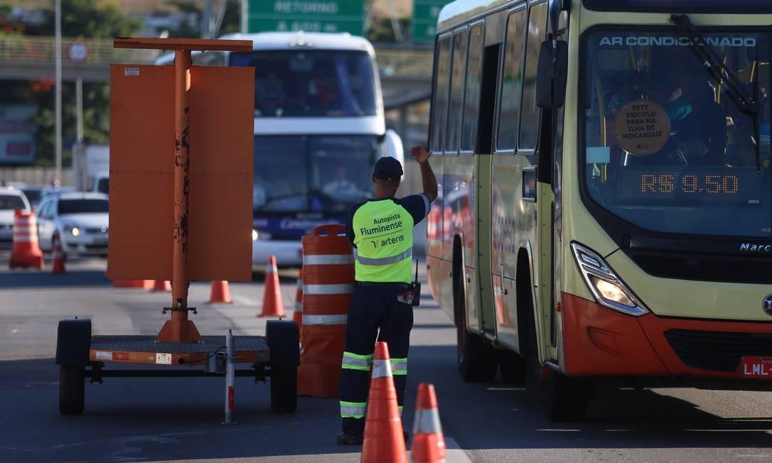 Operador de trânsito orienta motoristas na Niterói-Manilha Fabiano Rocha / Agência O Globo